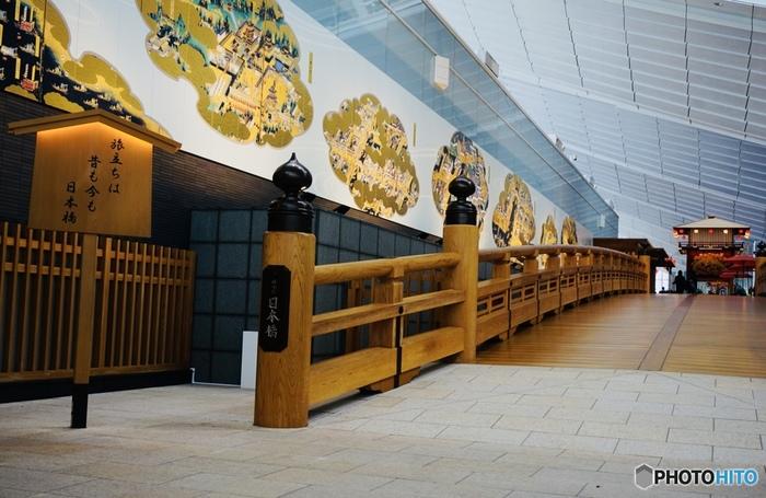 同じく4階には旅の始まりを象徴する「はねだ日本橋」もあります。こちらは19世紀当時の日本橋を約半分のサイズで復元したものです。壁には江戸図屏風が描かれ、当時の江戸の様子や賑わいを表現しています。海外から日本を訪れた方に喜んでもらえそうな演出ですね。