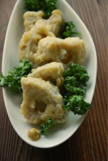 レンコンの天ぷらに一手間加えるだけで美味しさが2倍増しです。 塩蒸しレンコンに衣をつけてさっとあげればもっちり感が増して歯ごたえも楽しめるレシピです。