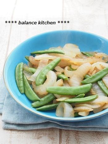 とろけるような新玉ねぎで食欲そそる塩蒸しレシピは、スナップエンドウの青々とした色が加わることで見た目も◎。 塩蒸しレシピは時間をかけずにもう一品欲しい時にぴったりですよ。