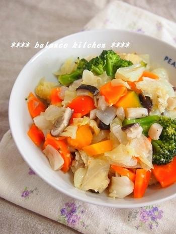 冷蔵庫に余ったものをざく切りして塩麹だけで作る塩麹蒸しレシピは、野菜もたっぷり食べれるので、元気になれるレシピです。  いろんな野菜を使うことで、見た目も綺麗で食欲をそそりますよ。