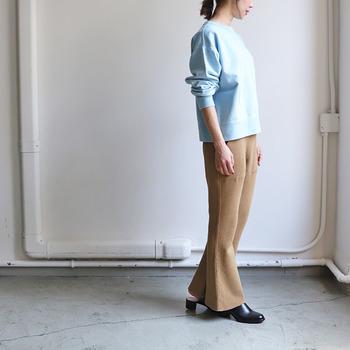 ワッフル素材のパンツスタイルは、より今年っぽさをアピールできるアイテムです。 ベージュのワイドパンツに爽やかな水色のトップスを合わせて、ラフなスタイリングに。