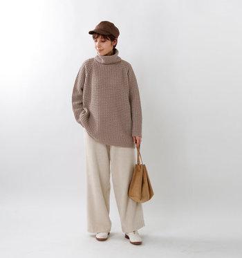ベージュカラーのワッフルトップスは、トーン違いのベージュボトムスと相性抜群。ゆったり着られるオフタートルデザインやビッグシルエットのアイテムなら、あえてワイドボトムと合わせると今年っぽいスタイリングが叶います。