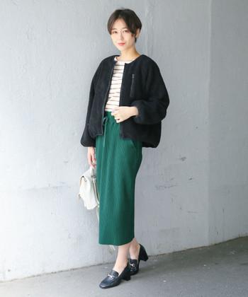 グリーンのタイトスカートも、ワッフル素材ならかっちりし過ぎないのがポイントに。ボーダートップス×黒のライトアウターで、上品すぎない大人コーデが楽しめます。
