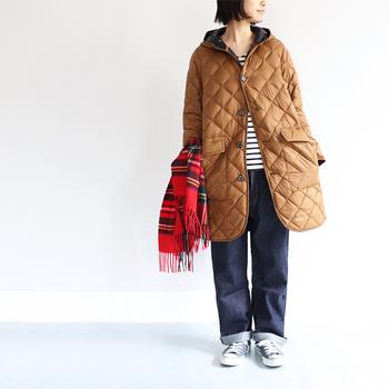 表面は光沢感のあるナイロン素材で、上品な印象を与えるキルティングダウンです。裾に向かってゆるやかに広がるAラインシルエットなので、カジュアルになりやすいキルティングコートも女性らしく着こなせます。
