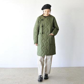 シート状のダウン素材を使用したキルティングコートは、ミリタリーテイストが強めの一着。かなり薄手でダウンとは思えない着心地なのに、しっかり暖かいのが魅力です。  ダウン素材を使っているのに、水洗いがOKというのも嬉しいポイントですね。