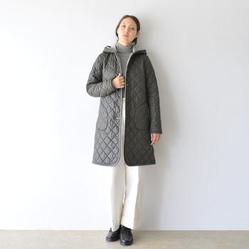 スタイリッシュなシルエットが特徴的な、黒のキルティングコート。裏地にさりげなくファーをあしらい、暖かさと大人っぽさを両立してくれます。上品コーデにはもちろん、エレガントスタイルに合わせてもいいですね。