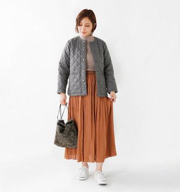 全身をスッキリと見せてくれる、ショート丈のノーカラーコート。ふっくらとした立体感のあるダイヤキルティングは、上品なスカートコーデにもぴったりですね♪デニムと合わせて、ベーシックな着こなしにも◎