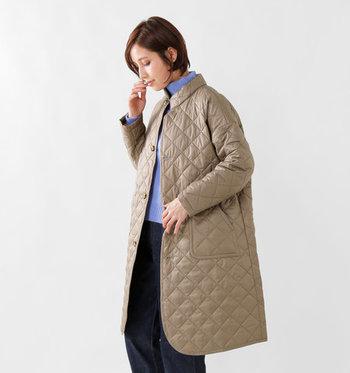 トレンド感たっぷりなスタンドカラーで、上品なコーディネートにも合わせやすいキルティングコート。ダイヤステッチのデザインが大人っぽさ抜群で、膝丈の絶妙な長さも魅力的な一枚です。