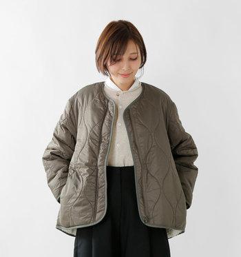 あったか素材のキルティングジャケット&コートは、カジュアルなのに大人可愛い雰囲気を叶えてくれるアイテムです。  今回はそんなキルティングアウターを、大人女子にピッタリなカラー別にご紹介します。