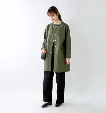 ノーカラーのキルティングコートは、高機能な中綿を使用しており、薄くて軽いのにとっても暖かい一着。スタイリッシュなすっきりシルエットは、ボリューム感たっぷりなストールなどを合わせると相性抜群なコーディネートが楽しめます。
