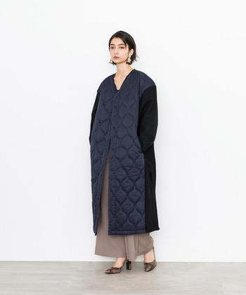 ロング丈のキルティングコートは、ウール素材とのミックスデザイン。シックな印象を与えるネイビーのアウターには、柔らかカラーのパンツやスカートを合わせると女性らしく着こなせます。