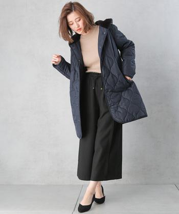 軽くて着心地も抜群のキルティングコートは、ゆったりとしたシルエットでカジュアルに着こなせる一枚。シックなパンツやスカートを合わせれば上品コーデにも羽織れるので、テイストを選ばずにスタイリングできます。