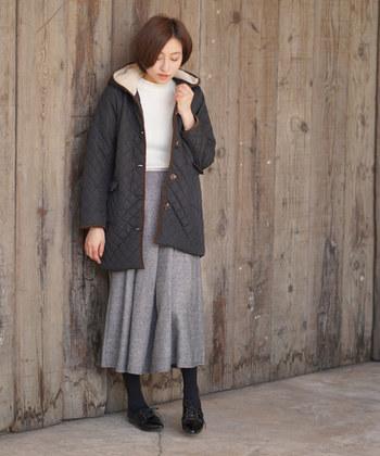 軽さが特徴的なキルティングコートの裏地に、たっぷりのボアを採用したアウターです。ヒップまで隠れるゆったり丈なので、スキニーなどと合わせて体型カバーに使うのもいいですね。