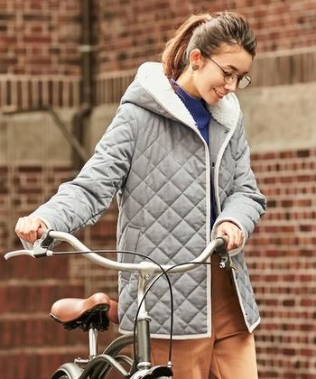 キルティングのショート丈ブルゾンは、デイリーに使いたくなるカジュアルさが魅力的なアイテム。フードの裏地にはボアを使用し、シンプルなのにキュートさのある一着です。