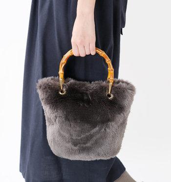 エコファーを使用して作られたハンドバッグは、バンブーハンドルをプラスしてこなれ感たっぷりに。シンプルなデザインなのでどんなスタイルにも合わせやすく、トレンド感もばっちり◎