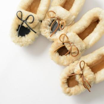 手作りシューズのブランドとして人気の高い「minnetonka(ミネトンカ)」から、もこもこのファーがあしらわれたシーズンムードたっぷりなシューズが登場です。  スリッパのようにスッとはけて、歩きやすさも抜群の一足は、冷たくなりがちな足元をおしゃれに温めてくれますよ。
