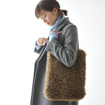 プードルのエコファーを使用して作られたバッグは、思わず手を伸ばしたくなるような肌触りがポイント。ブラウン、グレー、ブラックのベーシックな3カラーが揃っているので、定番アイテムとしてデイリーに活用できますよ。