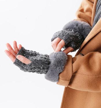 ラメ入りニットで編まれたハンドウォーマーに、ふわふわのファーをあしらった手袋。ファーが手首にポイント使いされているのが、上品な印象を与えるデザインになっています。
