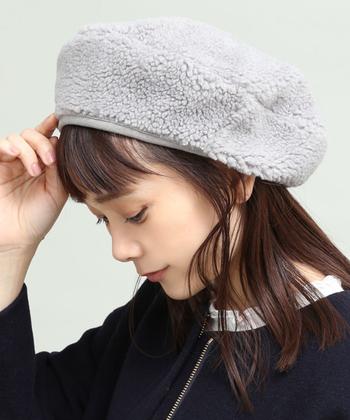 ボア素材で暖かみのあるもこもこ感が特徴的な、グレーのベレー帽。ボリュームがある分、ポンと乗せるだけでもサマになるので、ベレー帽初心者さんにもおすすめです。