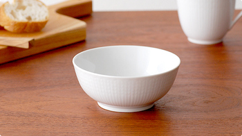 こちらのSwedish Grace(スウェディッシュグレース)は、お皿の淵や周りに麦のデザインを施したシリーズです。真っ白な雪を思わせるようなスノーホワイトカラーが、和洋中どんなテイストの食事でもパッと華やかに見せてくれます。