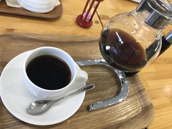 なんとこちらのカフェでは、サイフォンで淹れられた本格的なコーヒーを飲むことができます。ガラス張りの開放感あふれる館内からは、高尾山の自然や庭の芝生が見渡せますので、ほっとひと息つきたいときにオススメです。