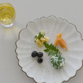花びら型のお皿の特性を生かして品よく並べたオードブル。真ん中にそっと葉物を添えるだけでぐっと高級感が増しますね。