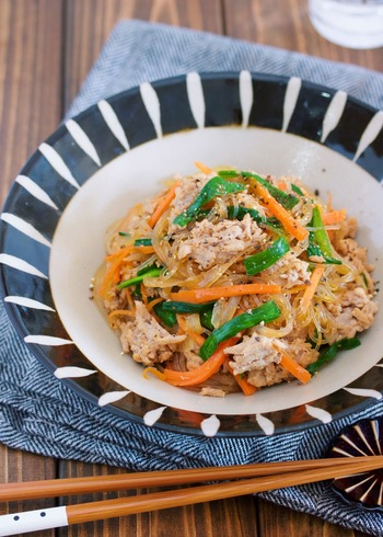 ご飯のおかずにもなって野菜もたっぷり摂れるチャプチェ。こちらのレシピでは春雨を加えることで水っぽくなるのを防いでおり、お弁当にも入れやすくなっています。