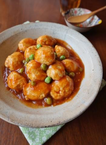 鶏団子は豆腐を加えることで、よりふわふわの食感が楽しめます。辛くないチリソースのような甘酢あんで、子どもでも食べやすい人気メニューに。グリーンピースや枝豆で彩りを添えれば、お弁当にもぴったりです!