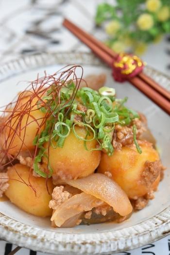 和食派の方には、ほっこり美味しいこちらの煮物レシピを。作り置きしておけばじゃがいもにしっかり味が染み、水気も出ません。旨辛でご飯とも相性抜群です♪
