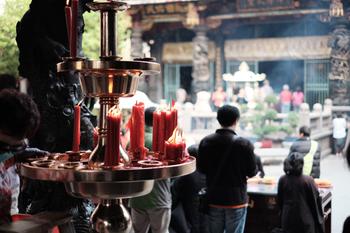 龍山寺駅から徒歩3分と近く、6:00から22:00までオープンしている龍山寺。  1738年創建の台北で最も古い名刹ながらも、中に入ってみると地元の方が熱心に祈っていたり、台湾式の占いをしていたりとローカルな雰囲気を体感することができます。