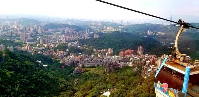 お参りが終わったら、お茶の産地としても有名な『猫空』に行きましょう。台北市内からメトロに乗って30分から50分くらいで到着します。メトロを降りてからはロープウェイを使って猫空を目指すのですが......見て下さい!空中散歩しながら、こんなに素晴らしい景色を楽しむことができますよ!!