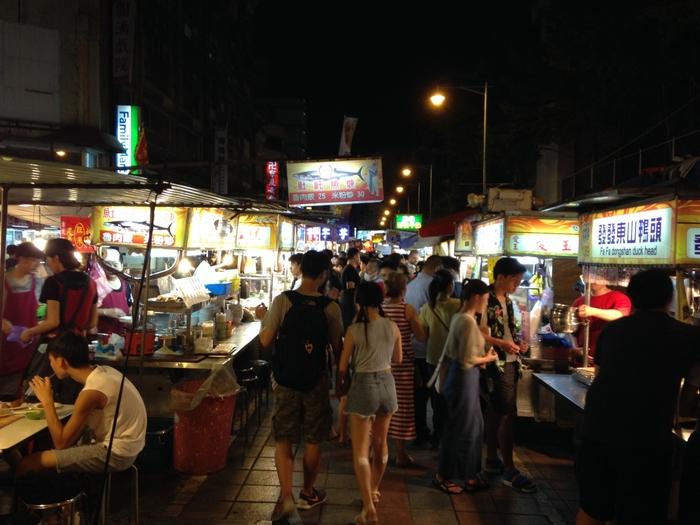四四南村を満喫したら、今度は台湾らしい屋台を堪能しましょう。『寧夏夜市』は中山駅から徒歩約10分のところにあります。活気があって平日でも物凄い人の多さです。