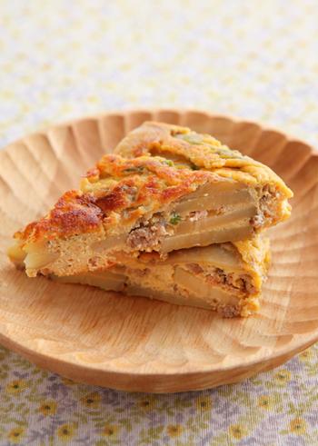 卵焼きに飽きたら試したいスパニッシュオムレツ。ちょっとした隙間にも入れやすい薄さも魅力です。ちょっと和風の味つけなので、ストックしておいた肉そぼろを使って作っても◎!