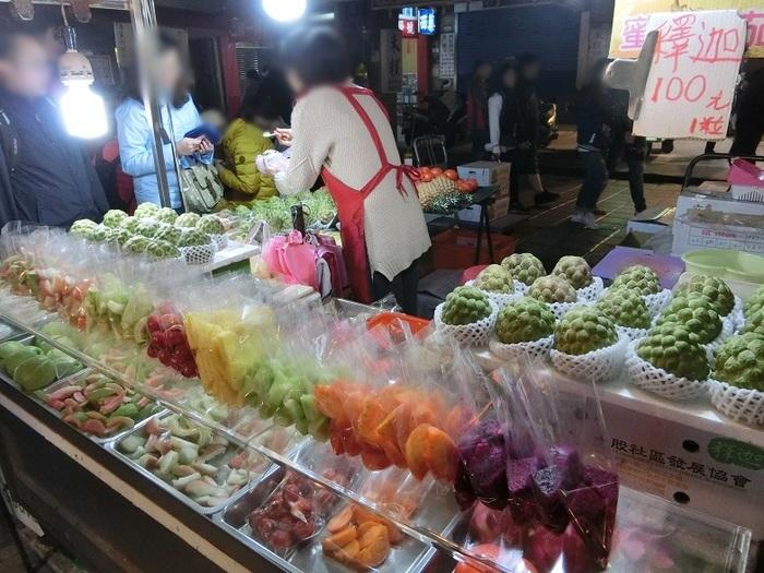 こちらには台湾B級グルメがズラーっと並んでいます。ご飯ものから麺物、肉に魚、そして台湾らしいトロピカルなフルーツまで全て揃っています。日本人観光客も多いせいか、店員さんは簡単な日本語なら話せる方がほとんど。行列になっているお店は人気店なので、時間があれば並んで台湾ならではのソウルフードを堪能してみてくださいね!