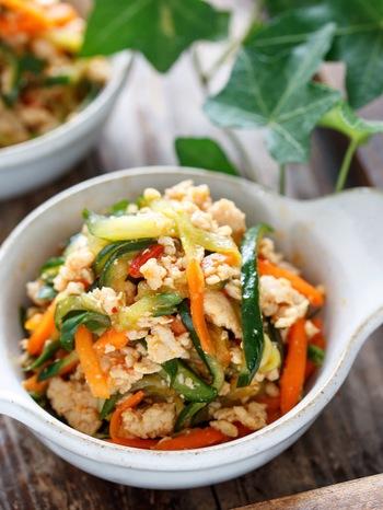 そぼろを使った、野菜も摂れる副菜レシピです。ピリ辛ながらも甘めで、お子さんも食べやすい味付けになっています。意外にもご飯とも合いますよ!