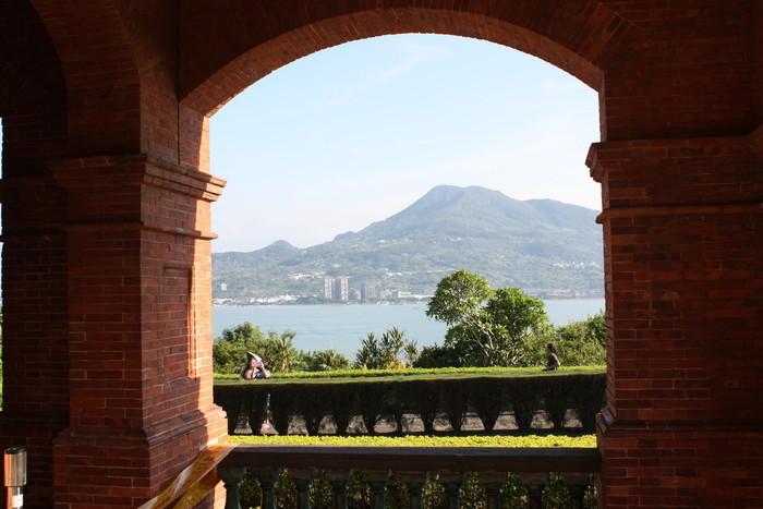 ここから見る淡水の景色は素晴らしいですよ!対岸の観音山や台湾海峡を一望することができます。