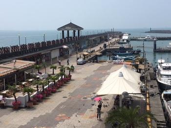 淡水で絶対に外せないのが『漁人碼頭』。埠頭には海鮮料理の店が並んでいて、ここでも台湾B級グルメを堪能できます。