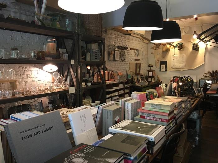 アンティーク調の店内には、世界中からセンスのある本が集められています。実はこちらには日本語の本も多くあり、有名な『暮しの手帖』なども目にすることができます。