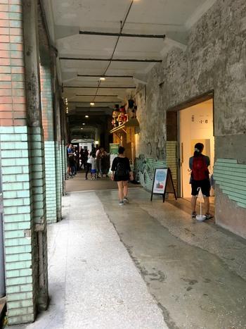 施設内には魅力的なお店がたくさん!クリエティブなスペースが緑の中に広がっていてとても心地いいです。昼とはまた違った表情の夜の雰囲気も素敵ですよ。