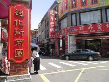 さてお次は、台北で1番古いと言われている問屋街に遊びに行きましょう!乾物や茶葉、漢方薬などのお店がひしめき合っている通りですが、最近はリノベされたオシャレなお店も続々と増えてきています。
