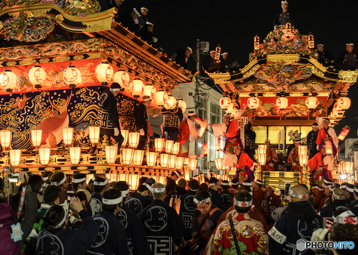 毎年12月には、地域の神様に感謝するお祭り「秩父夜祭」が行われています。豪華な屋台と笠鉾(かさぼこ)が町の中を練り歩く光景は、まさに圧巻。ユネスコの無形文化財にも指定されています。秩父神社のお隣には「秩父まつり会館」があり、秩父夜祭の装飾(展示用)を見学することができます。