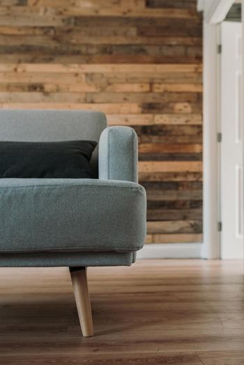 「デンマーク人は初任給で椅子を買う」とよく言われます。 それは、良い家具が人生の財産だという考え方が若い世代にも浸透しており、上質な家具を持つことの価値をわかっているからこそ。特に椅子やソファは毎日必ず使うものであり、自分のセンスを表現しやすい家具です。きっとデンマーク人にとって、家具の付き合い方を示す象徴的なアイテムのひとつなのでしょう。