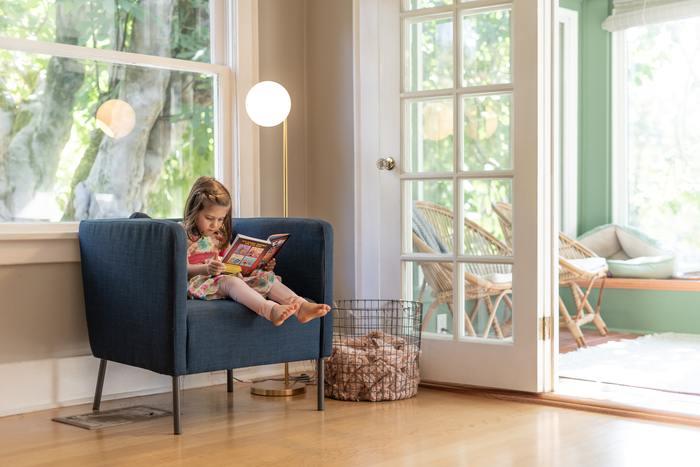 家具を引き継いで使うことが当たり前のデンマークでは、名作と呼ばれるようなアンティークの家具もごく身近にあり、「気付けば共に育って来た」という環境もよく見受けられます。また、街の公共施設に何げなく置かれている椅子や照明器具が実は有名デザイナーの作品であることも珍しくありません。そんな日常を過ごしている人々には、知らず知らずのうちに審美眼が育つのも当然のこと。将来自分の目で良い家具を選ぶための素地は、子どものころからしっかり用意されているんですね。