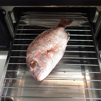鯛の塩焼きはとっても簡単です。塩を振ってグリルで焼くだけですが、簡単で上手においしくできるポイントがいくつかあります。  塩は高い位置から全体に振りかけることにより、ムラができにくくなります。塩は天然の粗塩がおすすめです。振り塩をすることで魚からでた水分とともに生臭さも抜け、タンパク質が固まり旨味を閉じ込めてくれますよ。  また、振り塩をした後は30分から1時間ほど置いてしっかりと水分を浸透させてから、拭き取って焼きましょう。