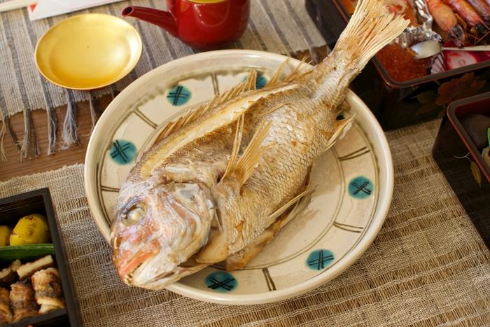 もうすぐ2020年、令和になって初めてのお正月を迎えます。そんな特別感のあるお正月、いっそう思い出に残るように、「鯛の塩焼き」を手作りしてみてはいかがでしょう。  縁起の良い鯛を丸ごと1匹使ってつくる、ふっくらおいしい贅沢な一品。食卓で歓声があがること間違いなしですよ。  今回は、料理初心者さんでも作れるように、「鯛の塩焼き」をわかりやすくご紹介。下処理の仕方から、余った場合のアレンジ方法もお届けします。
