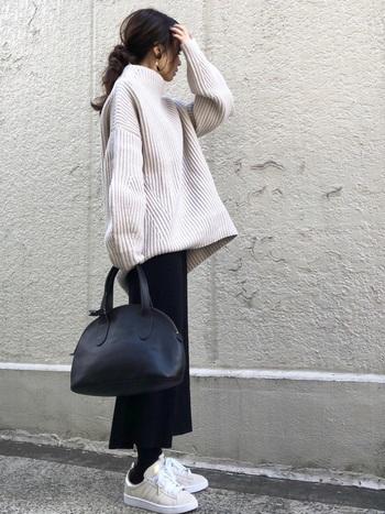 ユニクロの黒タイトスカートに、ざっくりセーターを合わせたあったかコーデ。タイツをスカートと同じ黒で統一することで、より足元がほっそりと見せることができます。真っ黒になり過ぎないように、靴はライトカラーをチョイスして。