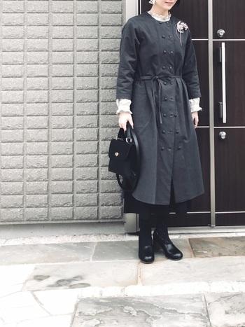 チャコールグレーのクラシカルなコートのインナーに黒スカートを合わせたフォーマルコーデ。ロングスカートが裾から覗く丈感のバランスが絶妙です。白ブラウスの効かせ方もお手本に!