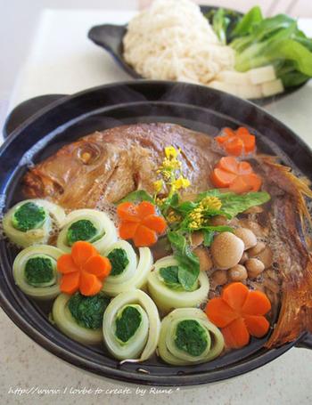 「睨み鯛」として4日目にいただくお鍋のレシピです。去年のうちにオーブンで焼いてしまうので、かたくなってしまっても、お鍋で煮るのでおいしくいただけます。  また、いただく当日は野菜を切ってだし汁、鯛と一緒に鍋に入れるだけで出来上がります。にゅうめんは脂の少ない鯛ともあうのでぜひ一度作ってみたいですね。