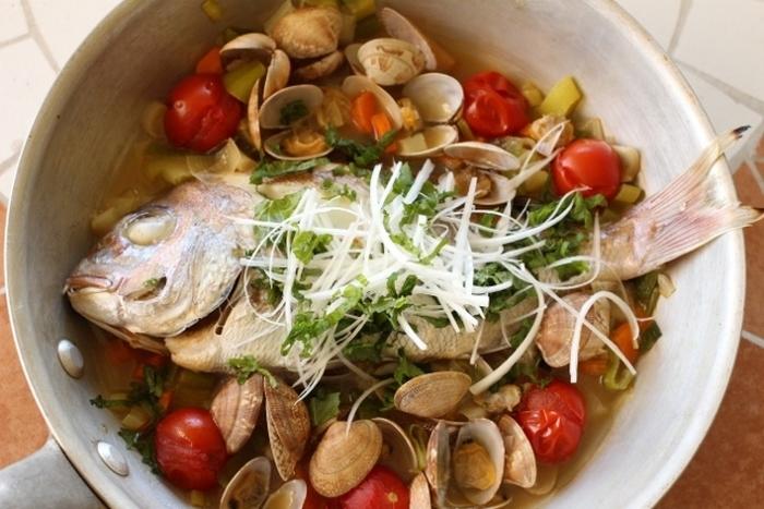 睨み鯛をあさりなどの貝類と一緒に調理して、魚介の旨味を堪能するアクアパッツアでいただきましょう。  身がかたくなっていても、オリーブオイルや白ワインで煮込むので身はふわっとやわらかくできあがります。食べ終わったら、パスタを入れたり、リゾットにして最後までおいしくいただきましょう。