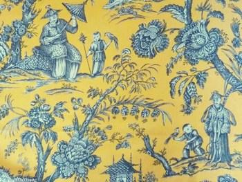 """こちらは、18世紀~19世紀のヨーロッパで流行した、中国趣味の美術様式「シノワズリ」を楽しめるデザインです。  ヨーロッパの人の解釈で描かれているため、当時の中国をリアルにうかがい知れるというよりは、ヨーロッパの人々の、遠いエキゾチックな国=中国への憧れの気持ちを感じ取れるのが、大きな魅力。""""ジャポニズム""""のように、ちょっと目のつけ所が独特で、面白いですよ。"""